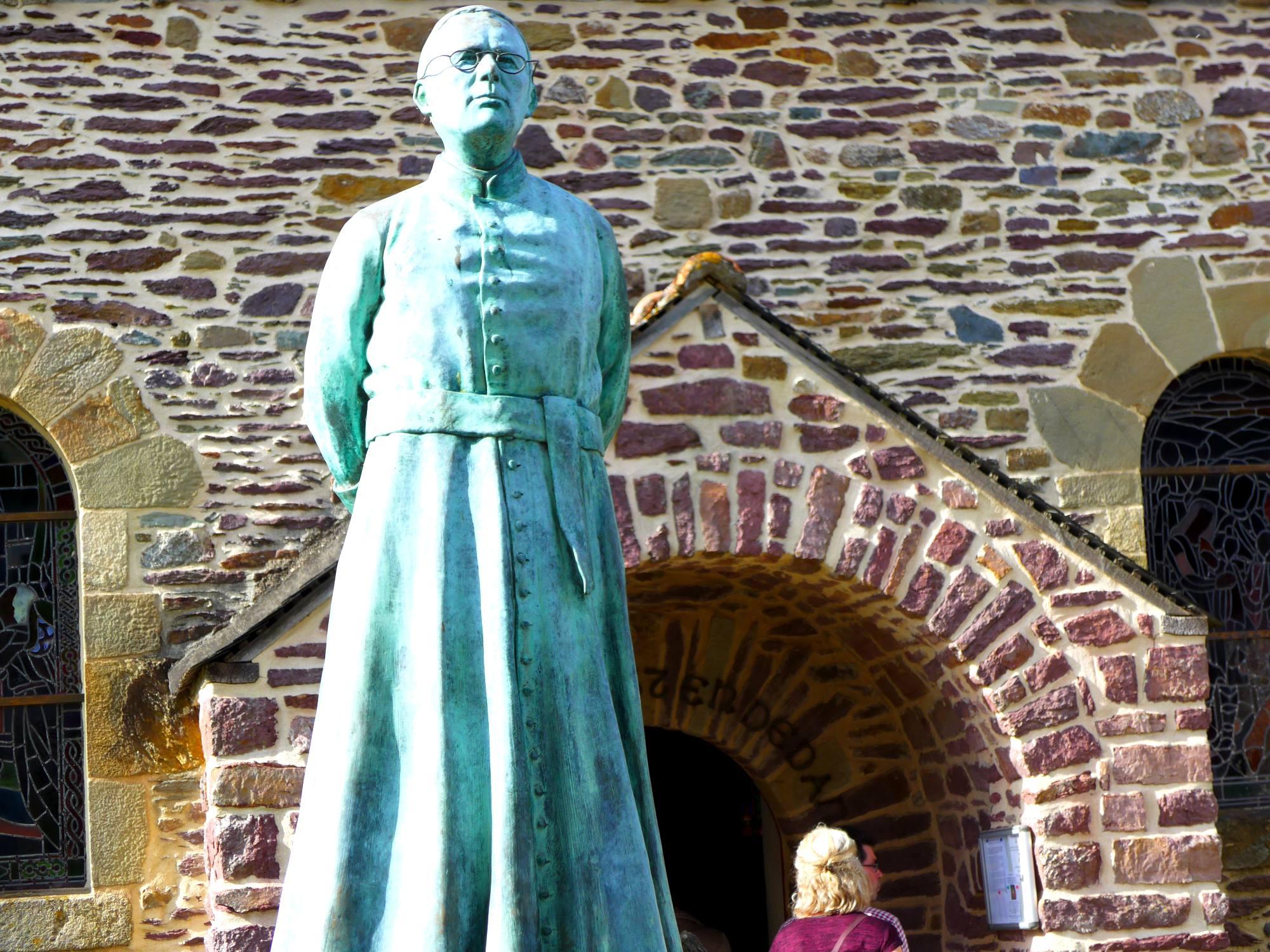 Statue de l 39 abb gillard eglise du graal tr horenteuc office de tourisme de broc liande - Office tourisme trehorenteuc ...