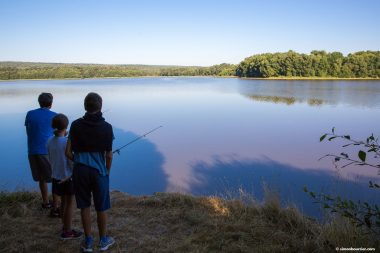 Fishing, activities at the lake of Paimpont - Crédit : Simon Bourcier